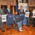 Presidente de la Diputación con la camiseta de la Carrera Solidaria